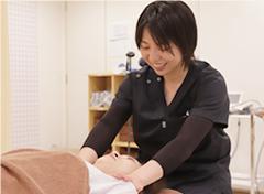 神戸市灘区 六甲道おはな整骨院の女性施術者