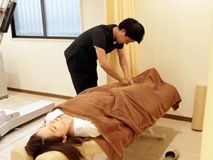 六甲道おはな整骨院の膝痛施術風景1
